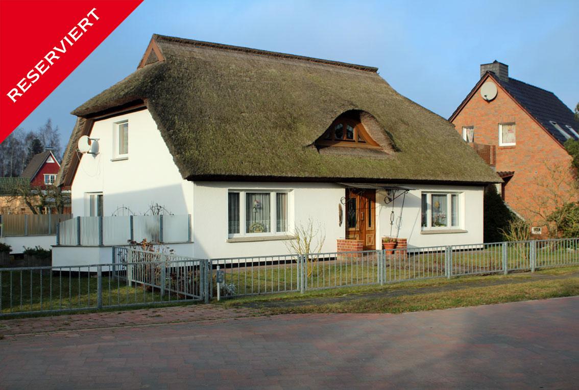 Idyllisches Rohrdachhaus in Mitten von Fuhlendorf am Bodstedter Bodden